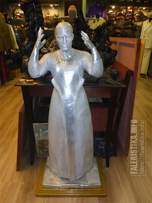Скульптура хирурга, выполненная из алюминия