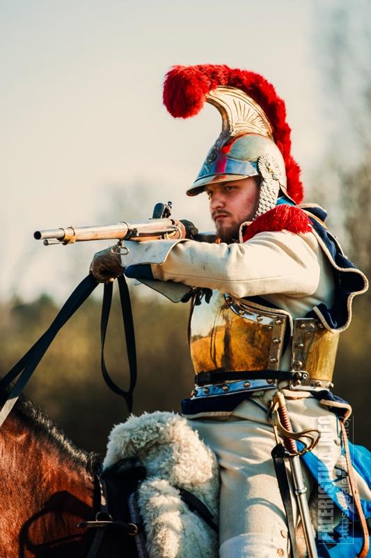 Рядовой карабинер (Илья Кузнецов) во время стрельбы. Автор фото Янина Белова