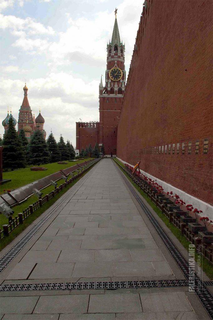 Спасская башня, захоронения в Кремлёвской стене