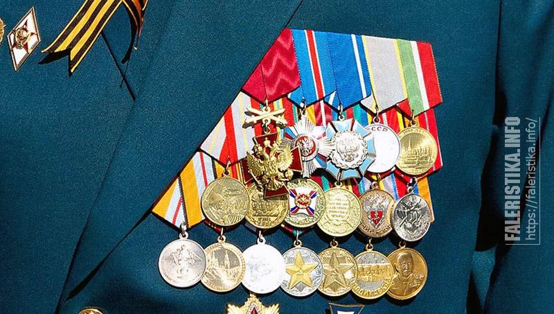 Пример ношения знака ордена «За заслуги перед Отечеством» IV степени с мечами на колодке с другими наградами. Фото Андрея Лобанова