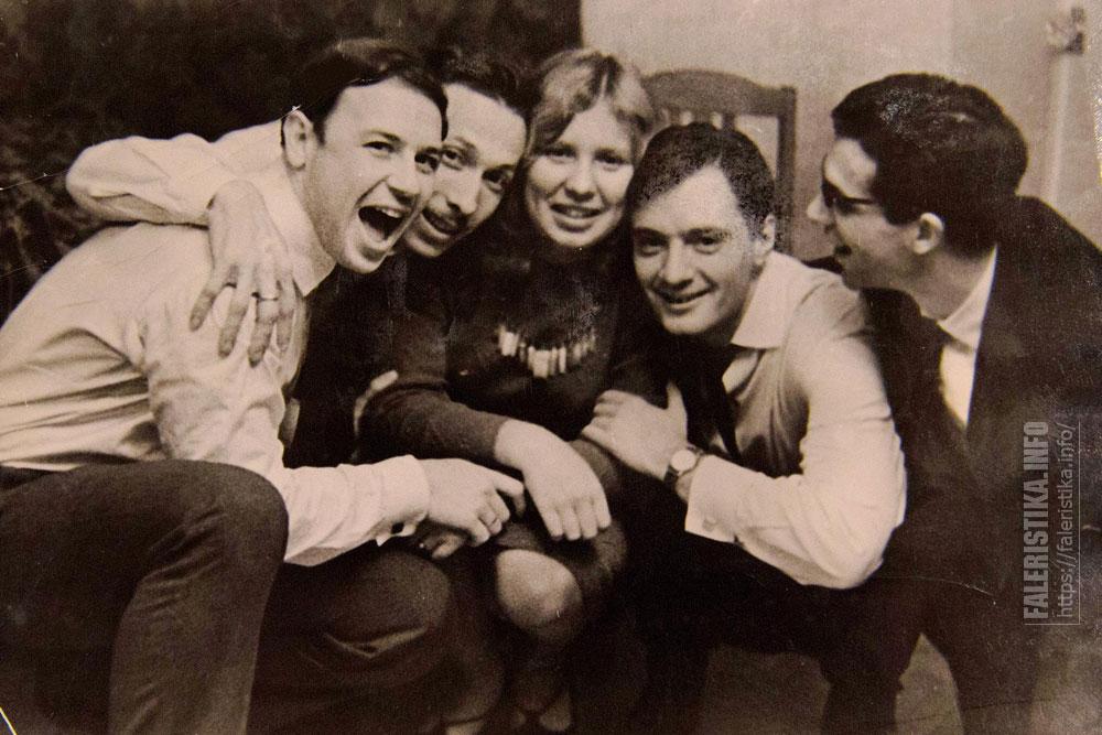 Ростислав Олюнин (второй слева) и Андрей Миллер (второй справа) в компании друзей. 1964