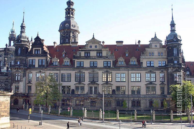 Замок-резиденция саксонских королей в настоящее время. На первом этаже, где окна с решетками, находятся знаменитые Зеленые Своды