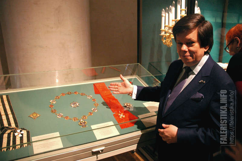 советник Гендиректора АО «ИФЗ» Александр Кучеров показывает витрины с наградами Российской империи