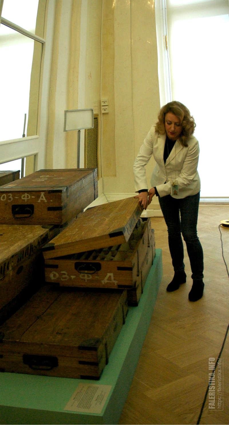Ирина Багдасарова демонстрирует ящики для хранения фарфоровых сервизов