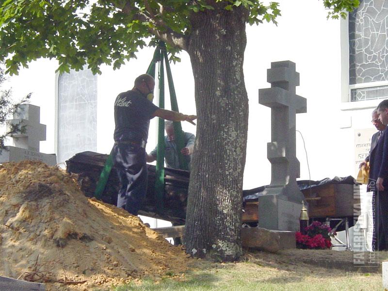Фотографии эксгумации А.И.Деникина на Свято-Владимирском кладбище в Нью-Джерси. Сентябрь 2005 г. Фото из архива А.И. Рудиченко