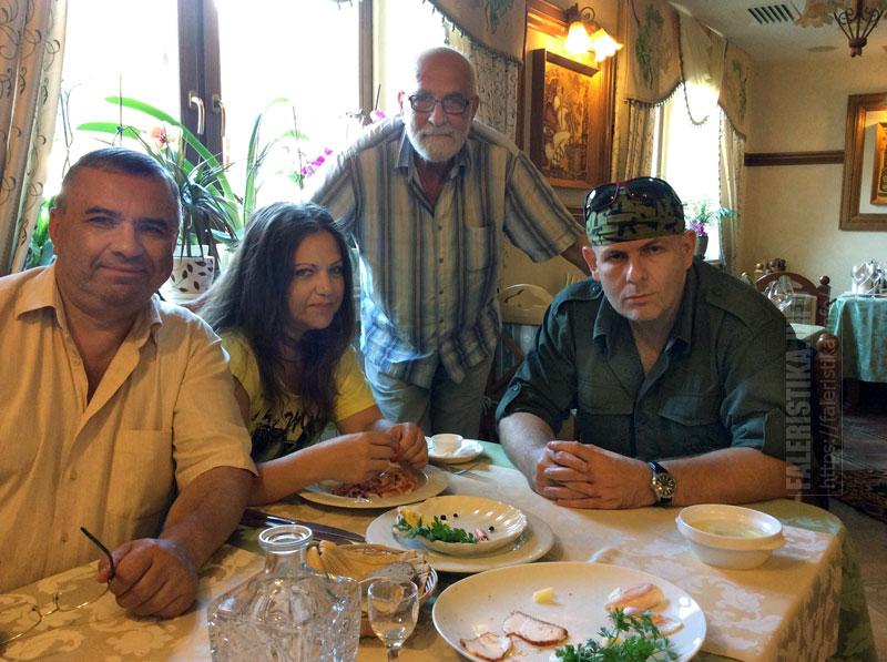 В кафе с друзьями. Справа — историк Олесь Бузина (1969—2015). Киев, 2013 г. Фото из семейного архива А.И. Рудиченко