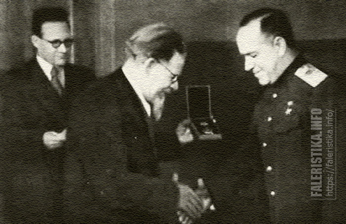 Председатель Президиума Верховного Совета СССР М. И. Калинин вручает орден Суворова I степени Маршалу Советского Союза Г. К. Жукову. Москва, Кремль, 4 февраля 1943 года