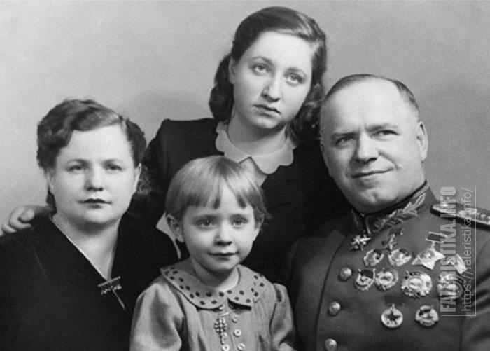 Жуков Г.К. c орденом Суворова I степени за номером №1 на подвесной колодке