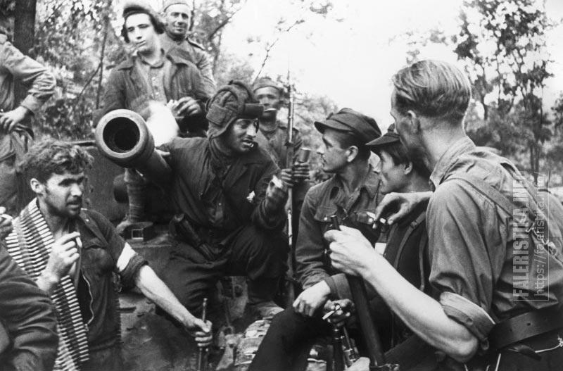 Литовские партизаны общаются с экипажем советского танка «Валентайн» IX в освобождённом Вильнюсе