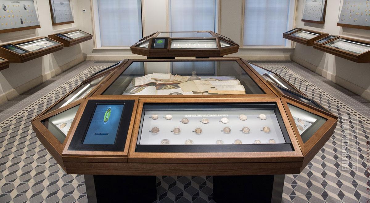 Экспозиция зала Музея Международного нумизматического клуба