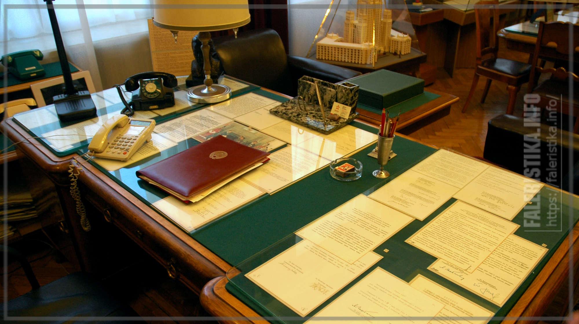 Рабочее место министра. Стол, за которым сидел Евгений Максимович Примаков (1929—2015)