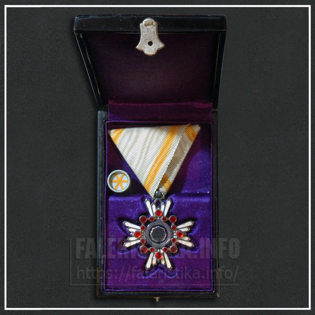 Японская империя. Знак ордена Священного сокровища VI степени с фрачной розеткой (орденская планка в виде запонки) в лакированной коробке
