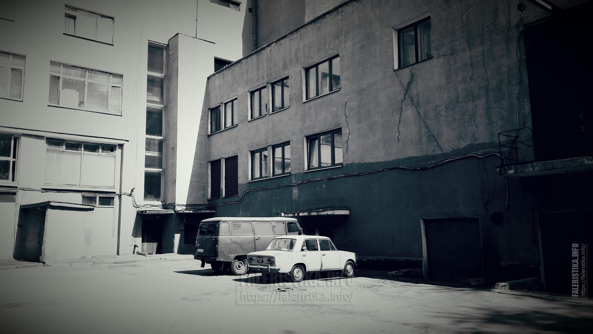 Практически советский вид: предприятие и немного транспорта (один автомобильный номер современный)