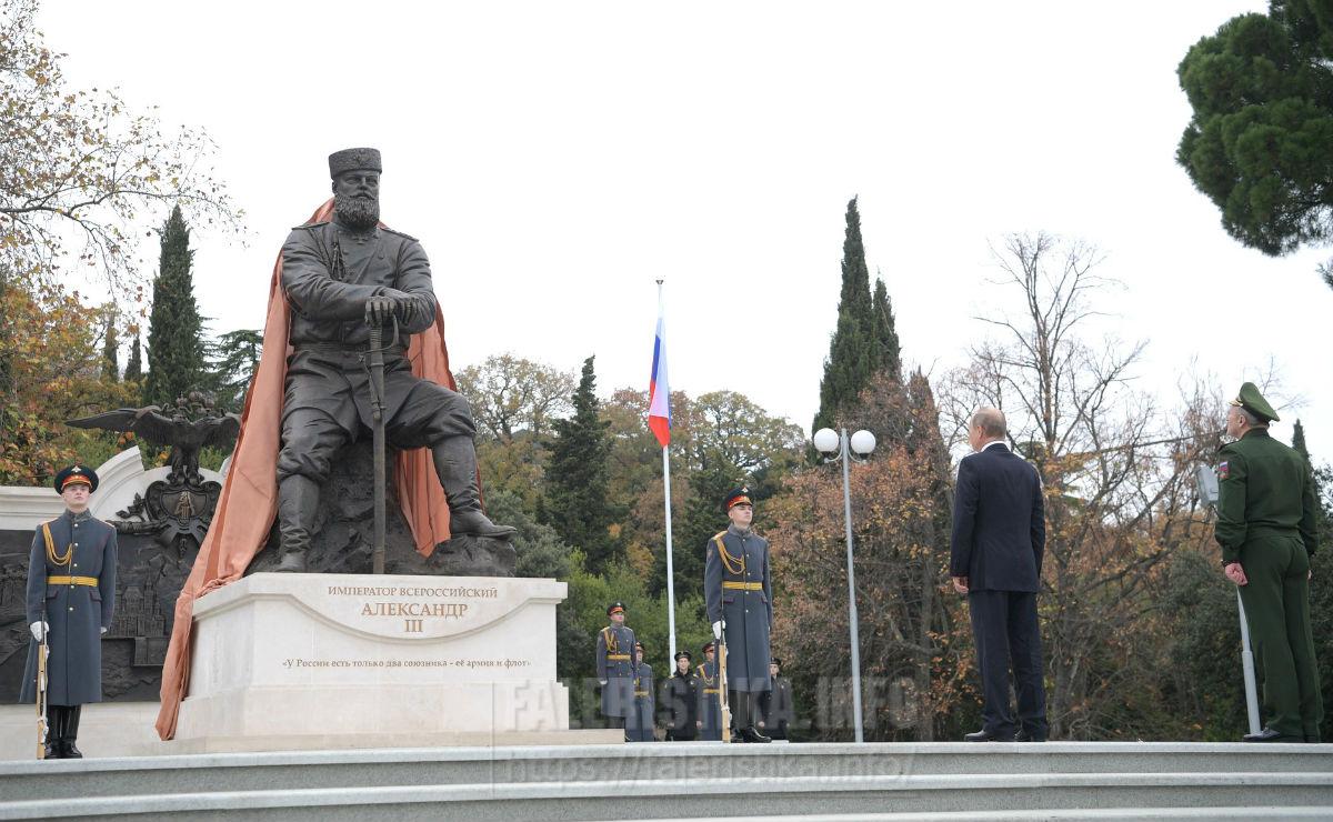 Памятник Александру III в парке Ливадийского дворца. Фото kremlin.ru