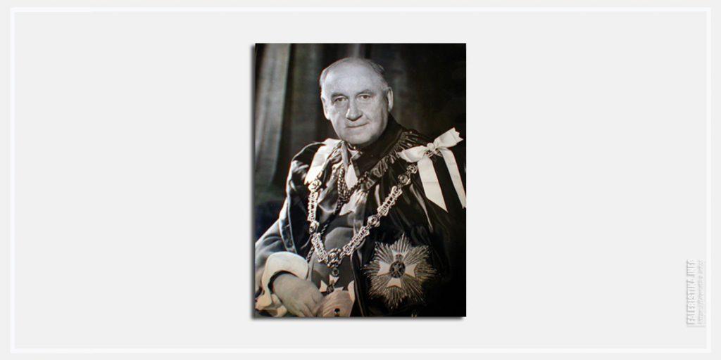 Сэр Чарльз Лаенг Варр. Пример ношения церемониальных одежд и знаков Рыцаря Большого Креста Королевского Викторианского Ордена