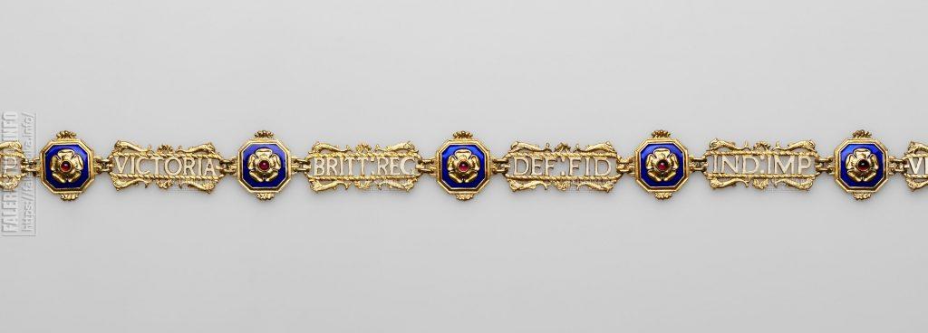 Королевский Викторианский Орден. Цепь для дам и знак. Аверс. Фрагмент цепи. Серебро, гранат (альмандины); литьё, штамп, эмаль, гильошировка, золочение, монтировка. Коллекция А.Л. Хазина