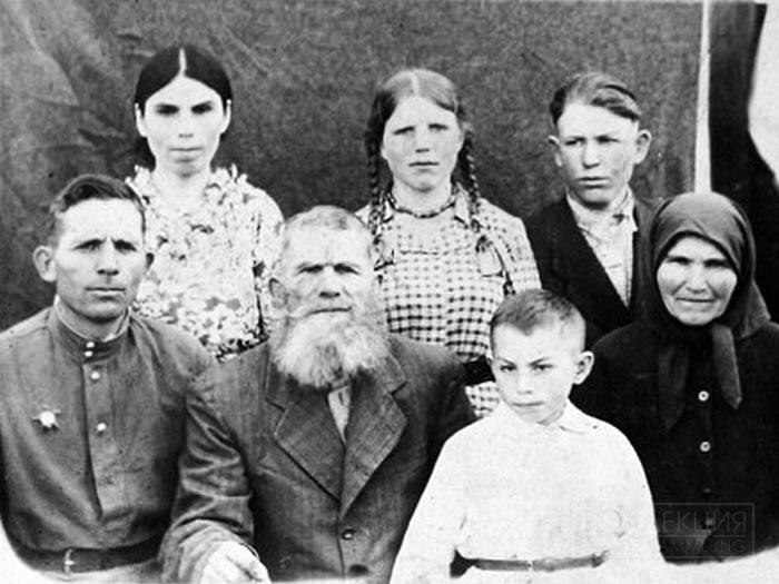 Красноармеец Николай Петрович Попов в кругу семьи, 1947-1948 гг. Из семейного архива